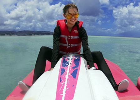 三愛水着楽園イメージガールの熊江琉唯さん。アルパンビーチクラブでジェットスキー。